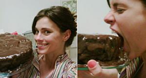 Carolina Dieckman devorando o bolo que preparou para o aniversário de 32 anos