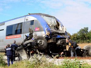 c216573c2a554 Trem a 90 km h atinge caminhão e deixa cinco feridos graves na ...