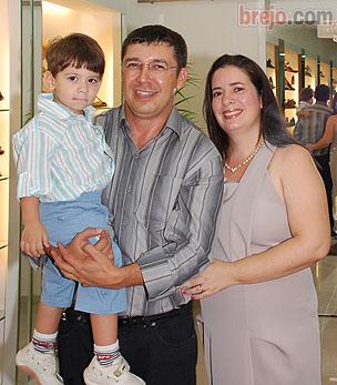 Rosil Pontes ao lado de sua esposa e filho.