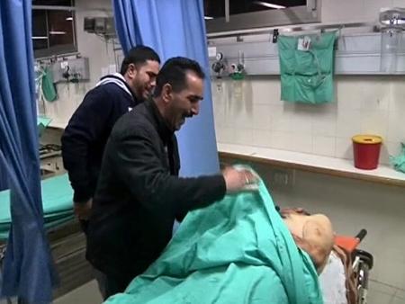 Familiares de Amr Qawasme, morto por engano por soldados israelenses, choram ao lado de corpo da vítima; Exército admitiu erro durante operação