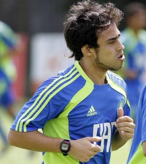 Valdivia diz que contratação de Ronaldinho Gaúcho vai trazer dinheiro para o clube
