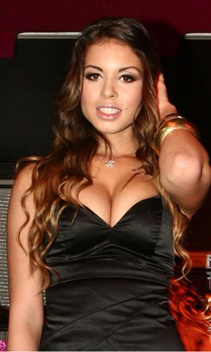 Orgias de Berlusconi tinham dezenas de mulheres nuas dançando, diz Ruby