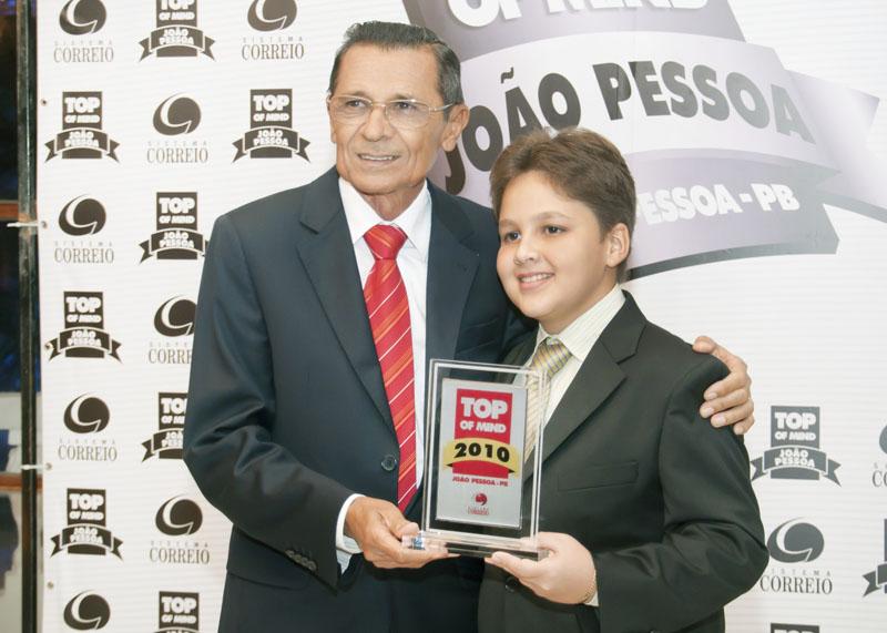 Antônio Inácio e seu neto Jobson com troféu Top of Mind 2010