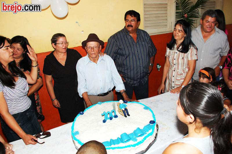 Bisavô Reginaldo comemora 100 anos com familiares