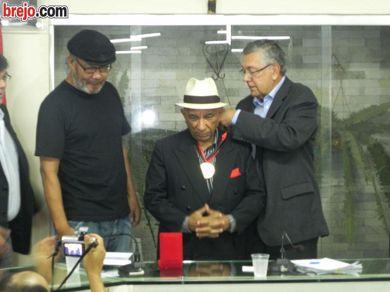 Compositor Zé Katimba recebe medalha Osmar de Aquino na Câmara de Guarabira