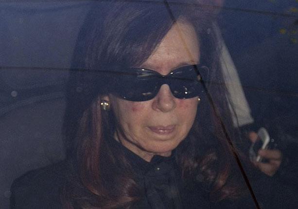 A presidente da Argentina, Cristina Kirchner, chega ao hospital nesta segunda-feira (7) em Buenos Aires (Foto: AP)