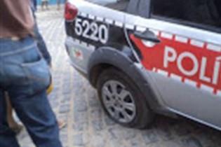 Bandidos secam pneus de viatura e atiram pedras em sede da PM