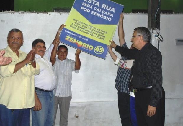 Prefeito Zenóbio faz festa em entrega de pavimentação da Rua Zequinha Uchôa e livra população do isolamento