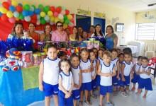 Primeira dama Léa Toscano distribui presentes com as crianças das Creches de Guarabira