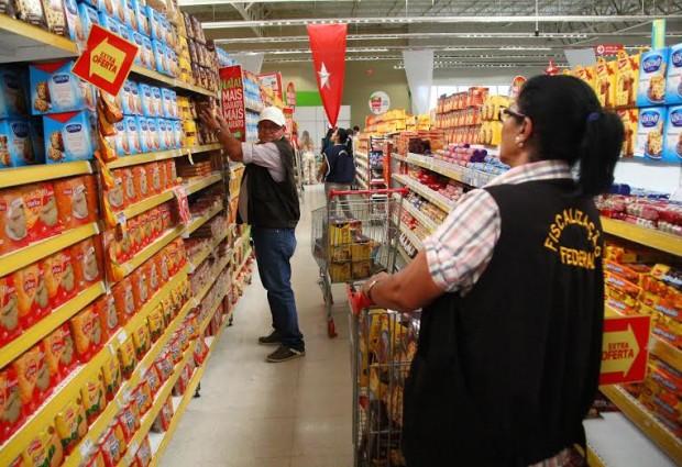 Três supermercados são notificados e um gerente preso em fiscalização do MP