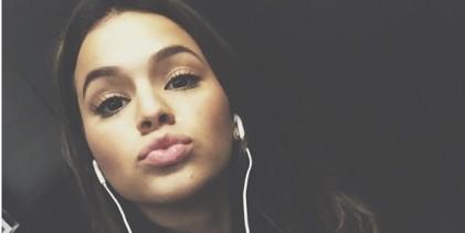 Bruna Marquezine manda beijo e recomenda Netflix para seguidores