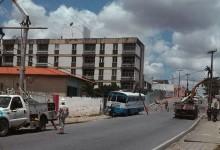 Ônibus da Universidade Federal de Bananeiras derruba dois postes em CG