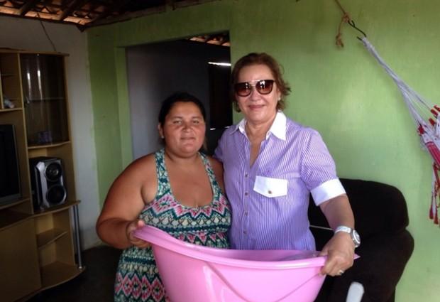 Primeira dama Léa Toscano acompanha entrega de 30 enxovais para gestantes em diversos bairros