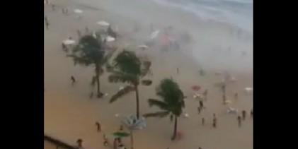 Tromba d'água assusta banhistas em praia de Pernambuco