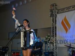 Lucy Alves canta em inauguração de ótica no Shopping Cidade Luz