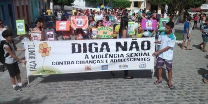 Estudantes de Caiçara fazem caminhada contra exploração sexual de crianças e adolescentes