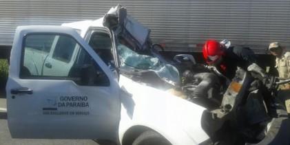 Caminhão esmaga carro oficial e funcionário do Estado morre