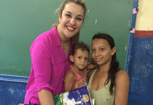 PARCERIA: Camila Toscano participa de distribuição de leite em Guarabira