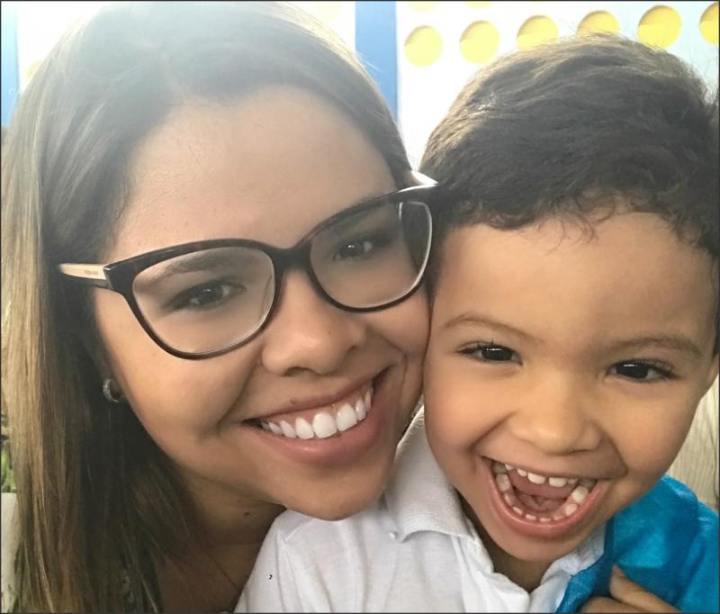 Advogada Amália Freitas ao lado do seu filho