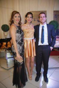 Sandra Barros ao lado dos filhos Sarah e Jezreel
