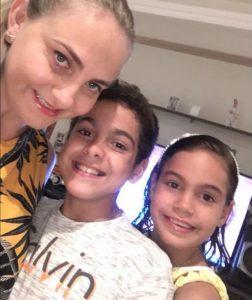 Fabiana ao lado do seus filhos