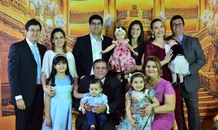 Terezinha Coutinho ao lado do esposo, filhos, noras e netos.