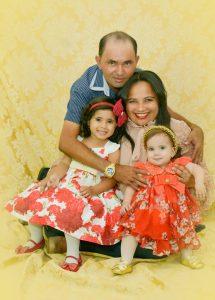 Josinalda acompanhada de seu esposo Francisco e de duas filhas (Foto: Roberto Photo Studio)