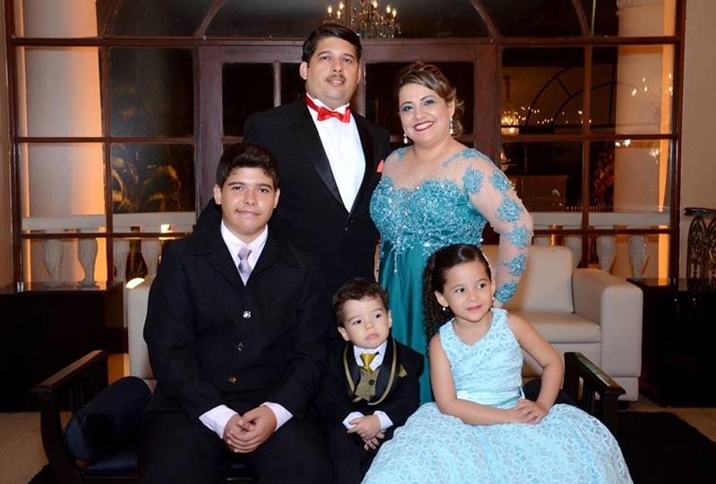 Josiane da ACONTE ao lado do marido e filhos