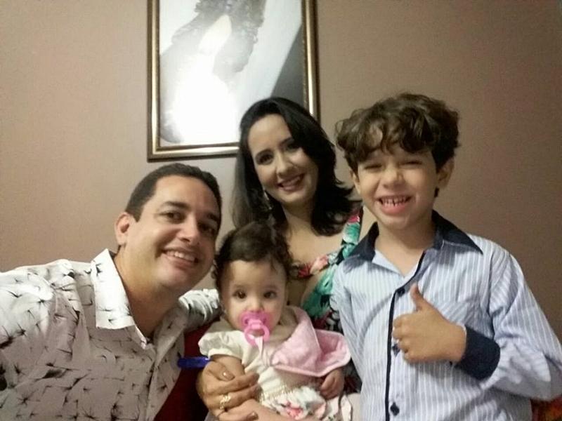 Karla ao lado dos seus filhos e esposo.