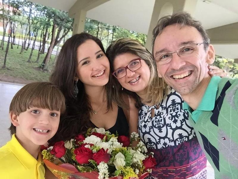 Maurizete ao lado dos filhos e marido.