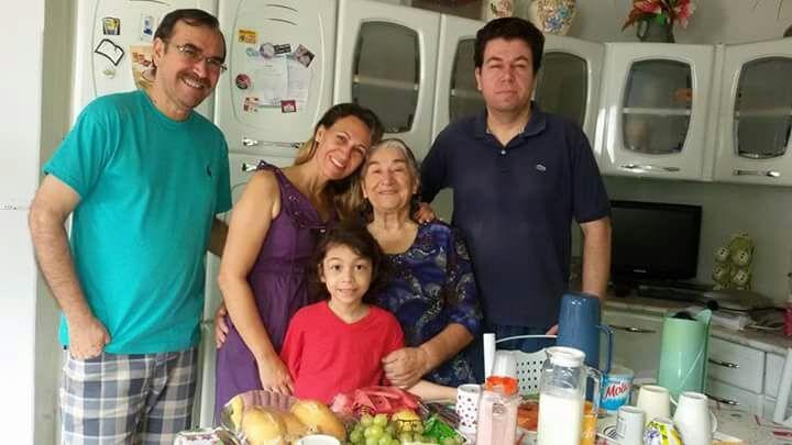 Helena ao lado dos seus filhos Gentil, Gueibi, Cláudio e do seu neto Gregory.