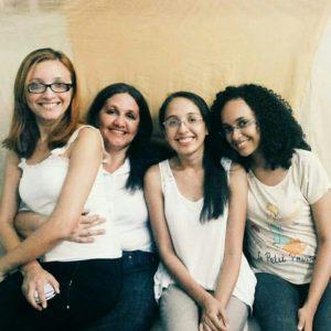Iracema Rocha ao lado de suas filhas Ruth, Rebeca e Robênia.