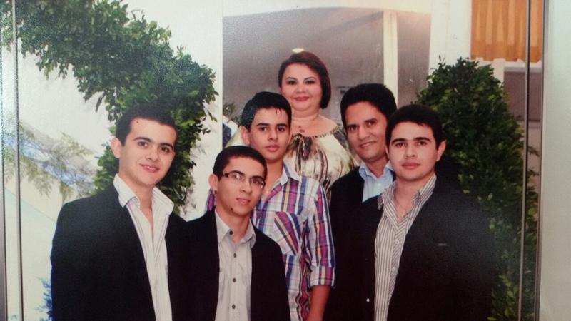 Nina ao lado do esposo e filhos.
