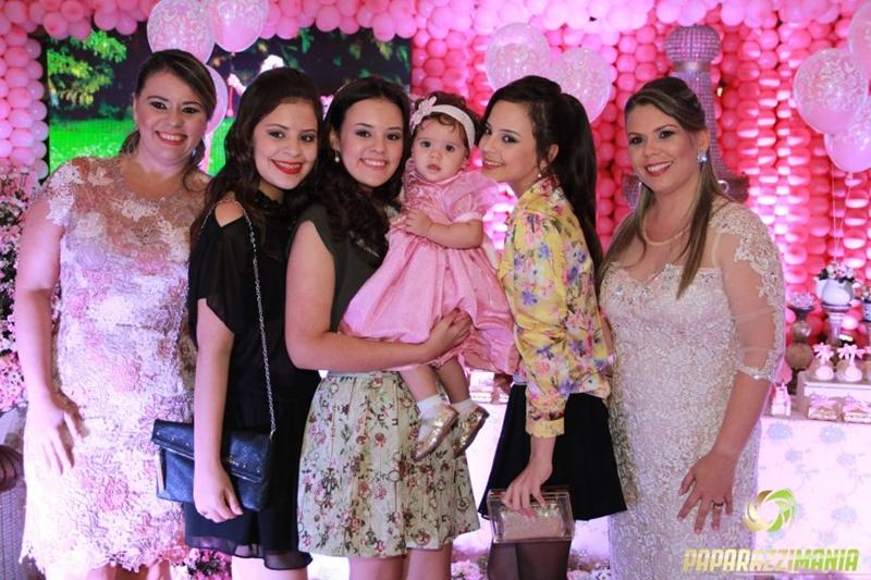 Michele Paulino e suas filhas em evento social.