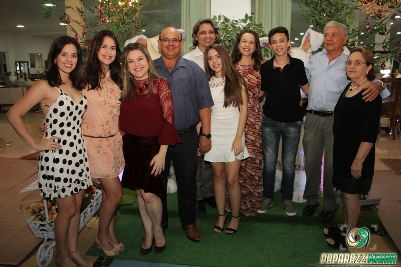 Dona Nita ao lado de seu esposo Sr. Assis, filhas, genros e netos.